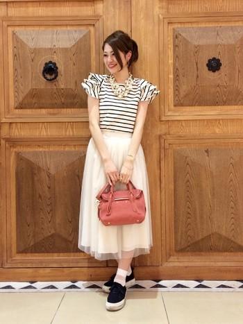 チュールスカートも今季のマストアイテムですね。 白ソックスも少し透け感のがある素材を合わせる綺麗にまとまります。
