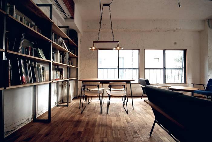 2階の壁の一面には、大きな棚が。沢山の本が置かれていて、お食事やお茶をしながら自由に観覧することが出来ます。