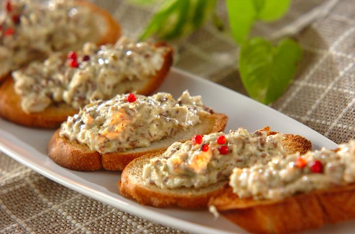 和食のイメージが強い「ブリ」ですが、実は程よい脂がフランスパンと相性がぴったり。お酒で魚のニオイを消しているので、食べやすくなっていてパクパクいただけます。