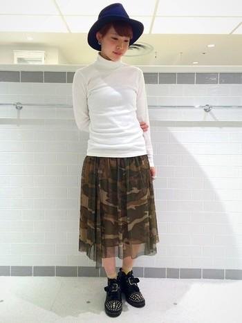 シフォンスカートは迷彩柄もエレガントな雰囲気になります。上半身をスッキリまとめていて、スカートが引き立ちますね◎