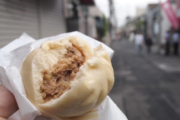 インビス鎌倉のお隣にあるのが豚まんじゅう専門店「鎌倉点心」。お好みで用意されている辛子とゆず醤油をどうぞ。画像は「粗びき豚まん」。しっかりとボリュームがありゴロッとしたお肉がジューシーな満足感のある一品!