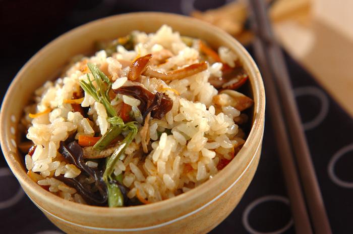 風味よく炊き上げた山菜おこわ。水煮の山菜を使っているので、とても簡単。もち米とうるち米を混ぜて使用し、かたすぎないちょうどいいもちっと感に仕上げています。クルミを入れて、コクもプラス。