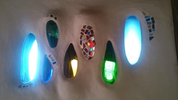 手作りだという店内の壁には、ガラスの瓶などがステンドグラスのように埋め込まれていて、ひとつのアート空間のようでもあります。