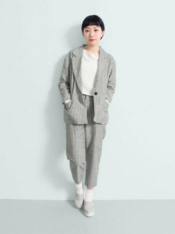 グレー×ホワイトの濃淡をバランスよく取り入れたスタイル。ちょっとメンズライクなシルエットは女の子が着ると可愛さがUPします。