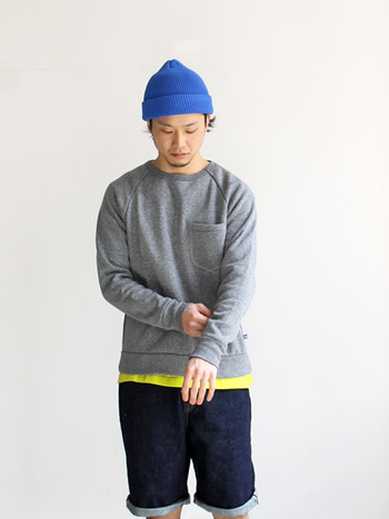 この春も定番のアイテム、クルーネックのスウェット。ベーシックなグレーカラーで、インナーや小物の色で遊べます。大きめの胸ポケットがワンポイントに。
