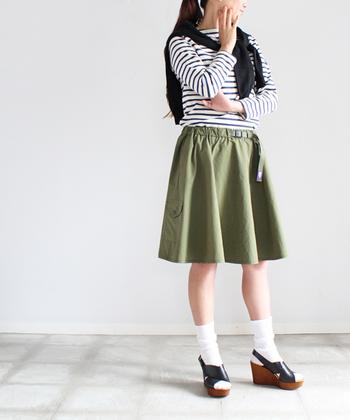 こちらはマウンテンスカート。張りのある素材でドレープがきれいに出るため、こんなふうにソックスやサンダルと合わせてガーリーにも着こなせます。ベルトでウェストの調整が可能。しかも軽くてとにかく履きやすいです。