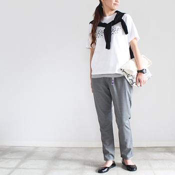 スラックスのような雰囲気のウェッビングベルトパンツ。落ち着いたグレーは、Tシャツと合わせてきれい目にも着こなせます。