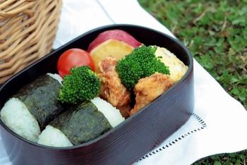 腹巻みたいに海苔を巻き付けた俵型おにぎりは、お弁当箱にぴったりおさまります。