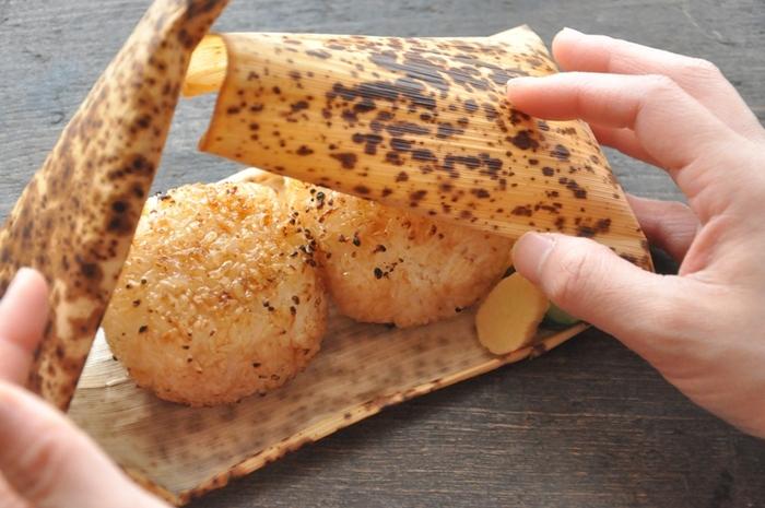 竹の皮で包んだお弁当って、日本昔話の物語の登場人物になった気分になれそうですね。 竹の皮は優秀な「包む」ためのアイテム。 昔のお弁当は竹の皮に包んで携行していました。  竹の皮には抗菌防腐作用があり、また適度な通気性を持つため、おにぎりや精肉・鮮魚といった食品に最適な包装資材と言えます。 洗って乾燥させれば繰り返し利用することができるので経済的です。