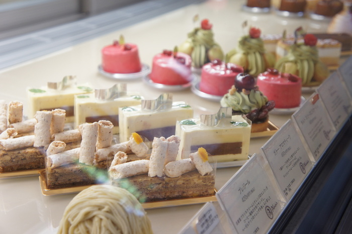 キラキラと輝くショーケースには、宝石のような美しいケーキがずらりと並びます。