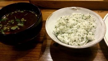 味噌汁は赤味噌、ごはんは白米と青じそ入りが選べます。香り高い青じそご飯は、さっぱりと美味しくいただくことができます。