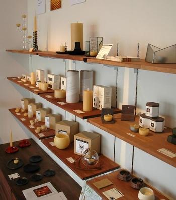 """長野県伊那市の中心市街地""""通り町""""に2013年、オープンしたワイルドツリーのショールーム兼ショップ。  ミツロウキャンドルをはじめ、ミツロウ、キャンドルホルダー、キャリアオイルなどを販売しています。  また、ギャラリースペースを併設し、伊那の地に活動するクラフト作家の作品展示を行ったり、ミツロウを用いたキャンドルやコスメ作りのワークショップなども開催しています。カフェたねも併設。"""
