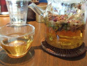 日本茶・中国茶・オリジナル紅茶・ハーブティーと多種多様なドリンクも魅力。カフェオレは抹茶茶碗でいただけます。 ポットがガラスなので茶葉が目にも鮮やか。和カフェのしつらいによく似合います。
