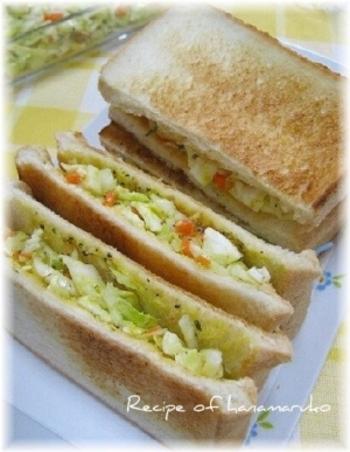 基本のコールスローに、ゆで卵をプラスしたサンドイッチです。 トーストに挟むだけなので、お手軽&簡単にできます。 ランチにもおすすめですよ。  <材料> ・コールスロー、ゆで卵、食パンほか