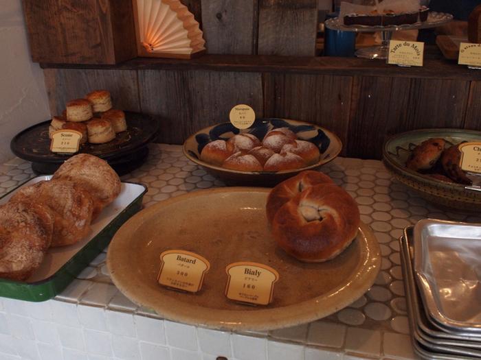 素朴な焼きたてパンがたくさん並びます。目移りしてしまいそう♪早くしないと売りきれてしまいます。