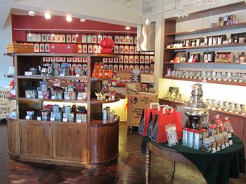 棚にはいろいろな種類の紅茶が並んでいます。こちらのお店は「相棒」の撮影でもロケ地として使われて、「相棒オリジナルブレンド」もあるんですって。