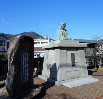 「道の駅たけはら」近くにある「頼山陽広場」。  竹原は、塩田や交通要衝として栄えただけでなく、多くの学者を輩出した町でもあります。『日本外史』を著した儒学者の「頼山陽」は、竹原を代表する大儒学者。