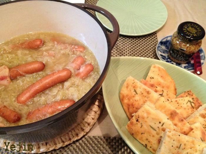 コンソメスープでザワークラウトとソーセージを煮込んだ一品です。簡単にできて、しっかりメインのおかずになります。温かくておいしそうですね。  <材料> ・ザワークラウト、玉ねぎ、ベーコン、ソーセージ、スープほか