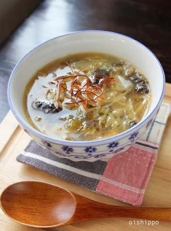 あまったコールスローをスープにリメイク。中華風スープにアレンジしたレシピです。 サラダを甘酸っぱいサンラータンで、ヘルシーにいかがですか?  <材料> ・コールスロー、オイスターソース、卵、海苔ほか