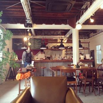 今やすっかりカフェの街となった清澄白河。 Blue Bottle Coffee、Allpress Espressoなどなど、 たっくさん素敵なお店があります。  でも清澄白河の魅力はカフェだけじゃないんです。 実は、すてきな古本屋が3軒もあるってご存じですか?