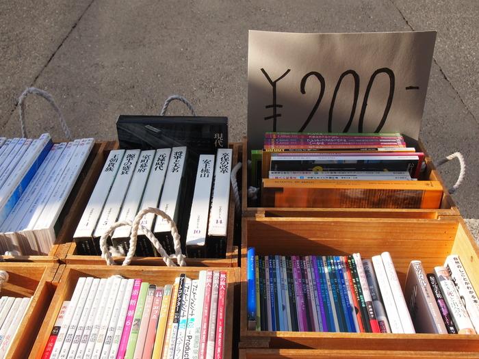 深川江戸資料館の目の前にある古本屋さん。  一見、古本屋さんぽくなくて、すごく入りやすい。 棚ごとにアート、編集、暮らし、フランス、沖縄、料理、絵本などテーマがあって、 自分の好きなジャンルの棚は、見ていてわくわくします♥ 外の箱で売られている本は要チェック。たまにベストセラーが100円で売られていたりするんです。 宝探しが楽しいお店。  清澄白河駅から、徒歩7~8分くらい。