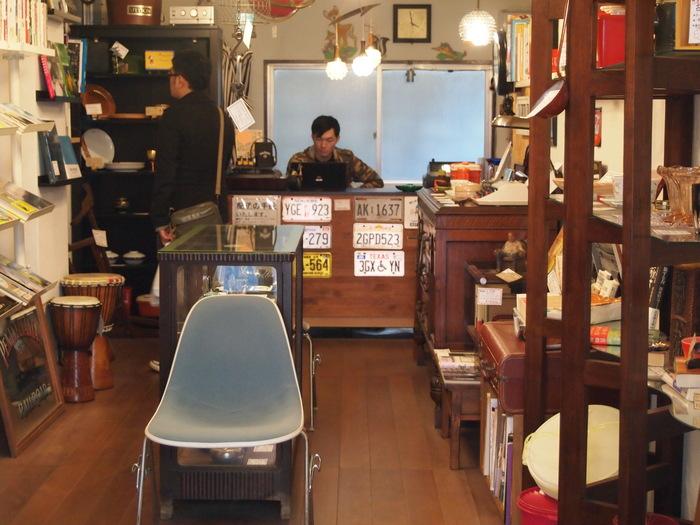 このお店も資料館通り沿いにあります。  古本屋さんだけれど、本だけじゃない。 昔の海外製の食器や家具なども並べられていて、お店の中にいるだけでわくわくするお店。 「アンティーク」や「ビンテージ」が好きな人は、絶対楽しいと思います。  本は旅に関するもの、ライフスタイル雑誌、絵本が多い印象です。 清澄白河駅から、徒歩15分くらい。