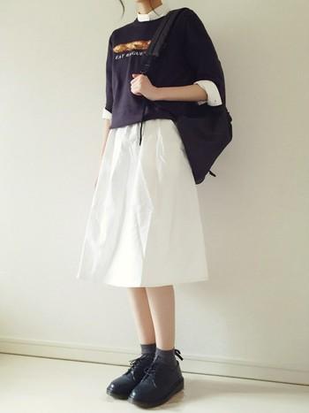 上と色味を逆転させたコーディネート。軽やかなホワイトスカートを取り入れれば一気にガーリーな雰囲気に。シャツとのレイヤードもかわいらしいです。