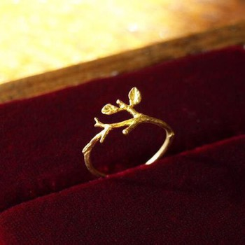 とっても繊細な作りの、小枝のリング。小さな葉っぱがついているのが何とも愛らしいです。