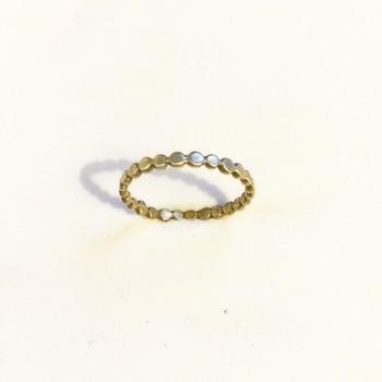 小さな真鍮の玉をひとつひとつ潰して、くっつけたという可愛らしいリング。丁寧な仕事に感動します。