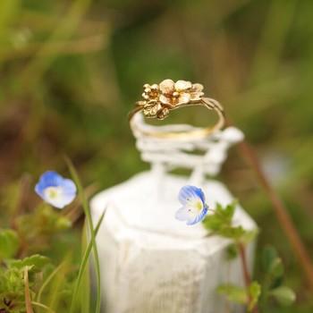 春になると道端に咲く可憐な花、オオイヌノフグリをモチーフにしたリング。本当に野原に咲いているかのような細工がとても美しいです。