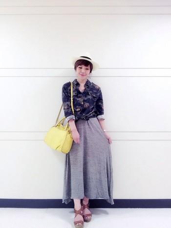 ちょっとワイルドなイメージになりがちなカモフラ柄ですが、裾を結び、ロングスカートで大人っぽい落ち着きを感じさせるコーデに☆
