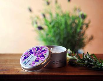 北海道富良野の天然ラベンダーオイルを使用した アロマキャンドルです。 100%ピュアな精油に、ラベンダーの品種のなかでも香りがよくオイルの質も高いといわれる「おかむらさき」をブレンド。 ワックスは無添加100%の大豆ワックス(ソイワックス)にパームワックス(ヤシの葉)ミックスして、空気にも優しい一品です。