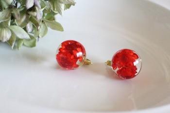 本物の「赤スターフラワー」をレジン(樹脂)で固めたピアスです。小ぶりなデザインが可愛らしさを演出してくれます。 今人気の生花アクセサリーも、大人らしい上品で華やかなセレクトで、素敵なプレゼントに。