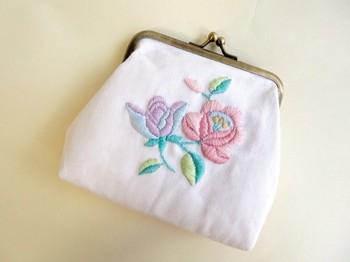 荷物が多くなりがちなお母さんは、ポーチを愛用している方も多いですよね。 パステルカラーでカロチャ刺繍を刺したがま口は、バッグの中にしまっておくのがもったいないくらい、可愛いらしいデザイン。