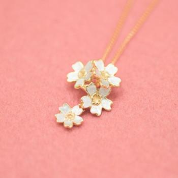 桜の花が愛らしいペンダントトップは、一番下のお花だけが揺れる楽しいつくり。 純度の高いBritannia Silverの表面に23Kの金張りを施し、その金張りを部分的に削ることにより、ゴールドとシルバーで上品で繊細な雰囲気を表現しています。