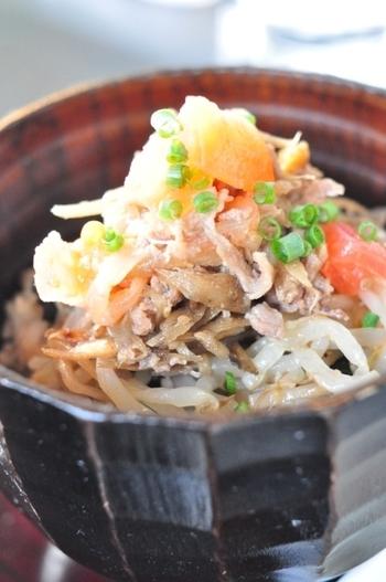 """カフェでありながら、その料理の評判はピカイチ! こちらは「亜細亜風牛丼」。和食、アジアン、エスニック、中華などなど、世界じゅうの""""美味しい""""をミックスさせた創作料理はどれも絶品です。"""