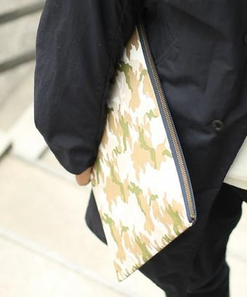 ベージュ系のカモフラ柄クラッチバッグ。品良くまとめたい時にいいですね。