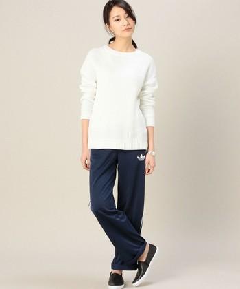 ホワイトニットにスポーティーなネイビーパンツが新鮮なMIXスタイル。
