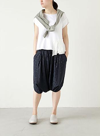 バルーンシルエットの個性派パンツも色数を抑えれば上品な印象で取り入れやすいですね。