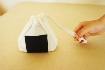 120gのおにぎりが1つ入るサイズの巾着。三角のフォルムが可愛い!  子どものお弁当用に持たせたい一品です。