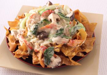 余ってしまったワンタンの皮をパリパリに揚げて、野菜や魚介たっぷりのあんを乗せたボリューム満点の一品。中華あんかけにしても美味しそう♪