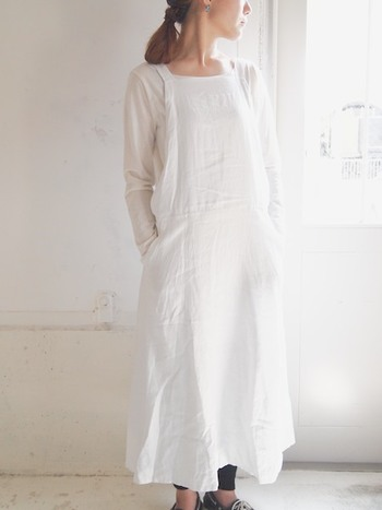 白×白で清潔感のあるスタイル。足元に黒を取り入れると、コーディネートが締まります。