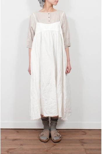華奢な肩紐が印象的な、シンプルでいてフェミニンなキャミソールワンピースには、ノーカラーのシャツを。