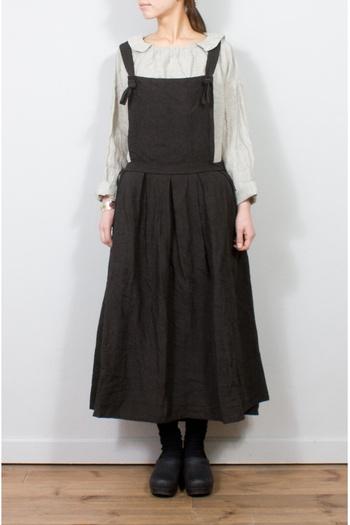 少し変わった襟のブラウスとエプロンワンピースを合わせた牧歌的なスタイル。 生成り色というと、白やアースカラーなど、ナチュラルな色と合わせがちですが、実は黒との相性が抜群なんです。