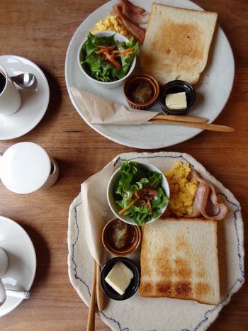 営業は8:30から。早起きして朝食をここで頂いても。  モーニングセットは、4種類のトーストが食べ放題です。画像はスクランブルエッグやサラダが付いたプレート。