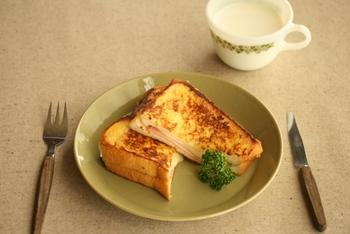 パンを卵に浸してフレンチトースト風に。休日のブランチにもピッタリです。  【材料】2人分 ・食パン(6枚切り) 4枚 ・ハム 2枚 ・溶けるスライスチーズ 2枚 ・A マヨネーズ 大さじ4 ・A 粒マスタード 小さじ2 ・B 卵 1個 ・B 牛乳 140cc ・バター 適宜