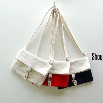 6号帆布を使用した、余分な機能を切り捨てたシンプルな小物専用バッグ。ポケットが深めで使い勝手もgood。ちょっとしたお出かけには意外と便利なこの大きさ。長財布もすっぽり収まる横幅がうれしいですね♪ショルダータイプが手ぶらでおでかけできてとっても便利です☆  【サイズ】 高さ 18.5㎝ 横幅 27.0㎝ マチ 00.0㎝ <ショルダー部分> 幅 2.0㎝ 長さ 85~120㎝  <外ポケット2つ>  深さ 15㎝