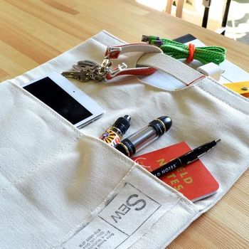 ちょっとした小物を仕分けるのに便利なポケットつき。クラッチバッグとしてなら内ポケット、伸ばして使うときはフロントポケットとなりますね。シンプルながら機能的。