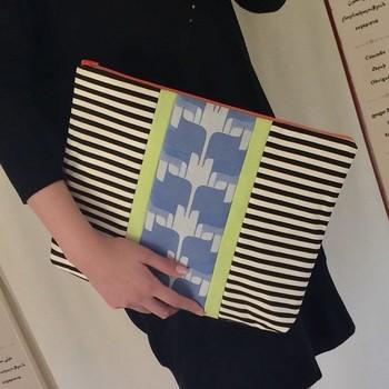 布バッグ作家「PISHAS!」さんの、大人テイストなクラッチバッグ。きちんと感があるので、オンオフ問わず使えそうですね。