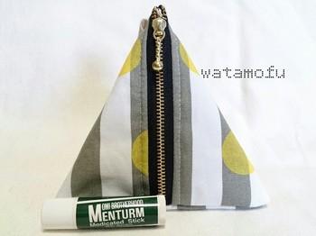 ハンドメイドアクセサリーや布小物を手がける「watamofu」さんのポーチ。リップクリームや化粧直しの道具に調度よさそうなテトラポッド型。